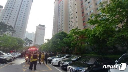 청주 아파트 화재.2일 새벽 4시15분쯤 충북 청주시 서원구의 한 아파트 3층에서 불이 나 40여분 만에 진화됐다. 이불로 주민 1명이 숨지고 27명이 연기를 마셔 병원으로 옮겨졌다. /사진=뉴스1
