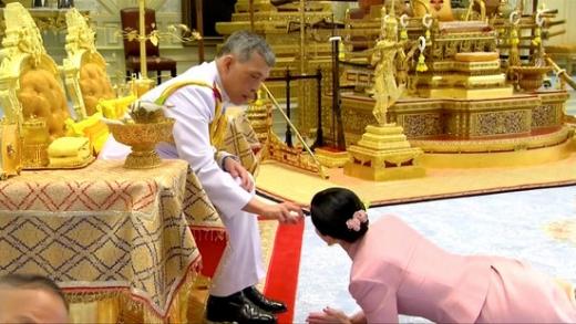 마하 와치랄롱꼰 태국 국왕(왼쪽)이 대관식에 앞서 자신의 근위대장 수티다 와치랄롱꼰 나 아우타야(오른쪽)와 결혼한 사실을 공표했다. /사진=로이터