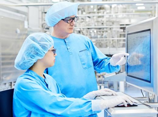 삼성바이오로직스 임직원이 의약품 생산시스템 확인을 확인하고 있다. /사진=삼성바이오로직스