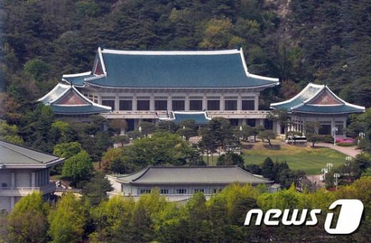 """청와대 """"북한 발사체 발사시부터 상황 예의주시"""" (속보)"""