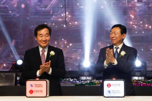 이낙연 국무총리(왼쪽)와 신동빈 롯데그룹 회장 / 사진=롯데케미칼