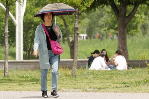서울 서초구의 반포한강공원에서 시민들이 시간을 보내고 있다. / 사진=머니투데이DB