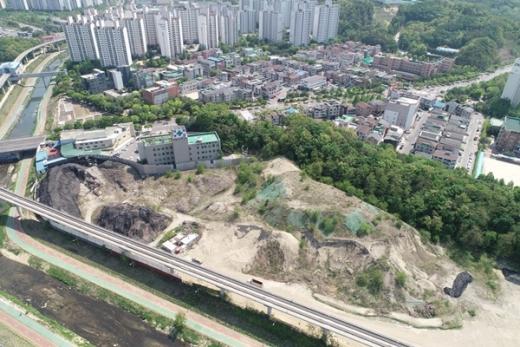 의정부시 신곡근린공원 조성 부지에 쌓인 채 방치돼 있는 쓰레기들. 시는 15일부터 이 쓰레기 산을 처리할 예정이다. / 사진제공=의정부시