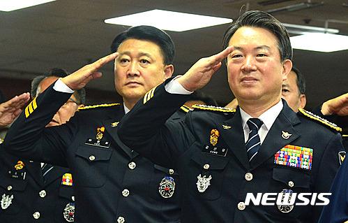 강신명(오른쪽)·이철성 전 경찰청장. /사진=뉴시스