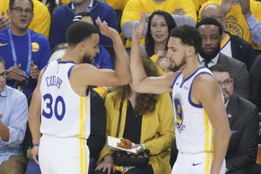 15일 미국 캘리포니아주 오클랜드 오라클 아레나에서 열린 2018-2019시즌 미국프로농구(NBA) 서부컨퍼런스 파이널 1차전에서 대활약한 '스플래시 브라더스' 스테판 커리(왼쪽)와 클레이 탐슨. /사진=로이터