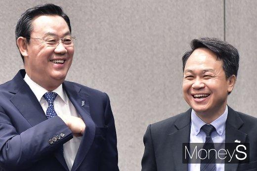 [머니S포토] 환한 미소 머금은 김태영-진옥동