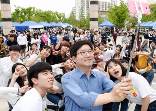 지난해 5월 청소년행사에서 청소년들과 사진 찍는 염태영 수원시장. / 사진제공=수원시
