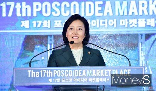 [머니S포토] 제17회 아이디어 마켓플레이스에서 축사 전하는 박영선 장관