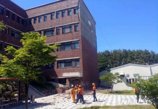 21일 오후 2시 8분 부산 금정구 부산대 동보미술관 건물 4~5층 벽면의 벽돌이 갑자기 무너져 쏟아져 아래에서 일하고 있던 환경미화원 A씨(68)가 벽돌 더미에 깔려 숨졌다. /사진=뉴시스