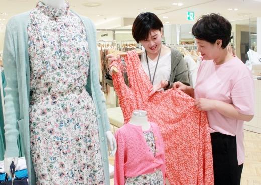 DKNY에서 직원이 방문 고객에게 여름 신상품을 설명하고 있다./사진=광주신세계 제공.