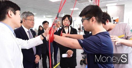 [머니S포토] 이재갑 장관, 운동재활치료시설 참관