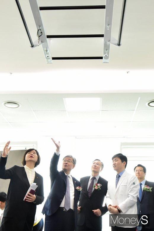 [머니S포토] 근로복지공단 서울의원 개소, 보고 또 보고