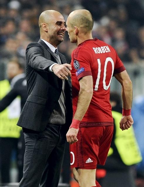 아르옌 로벤(오른쪽)이 펩 과르디올라 감독을 향한 옹호 발언을 남겼다. /사진=로이터