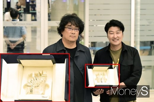 ▲ 황금종려상 트로피 든 봉준호 감독(왼쪽), 배우 송강호