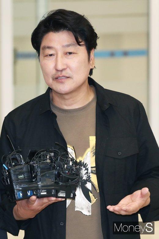 [머니S포토] 취재진 질문에 답하는 송강호