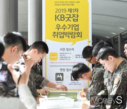 [머니S포토] 취업박람회 찾은 군장병들