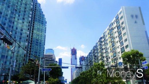 여의도의 한 주상복합아파트(왼쪽)와 노후 아파트 사이로 보이는 파크원 공사현장. /사진=김창성 기자