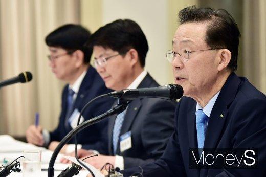 [머니S포토] 취재진 질문에 답하는 윤대희 신보 이사장