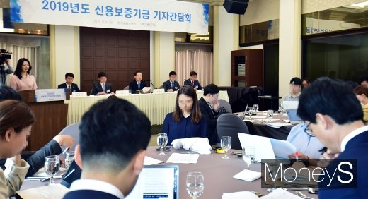 [머니S포토] 취임 1주년 윤대희 신보 이사장, 취재진 만나 뉴비전 발표