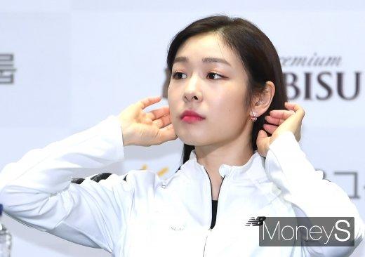 [머니S포토] 머리카락 정리하는 김연아