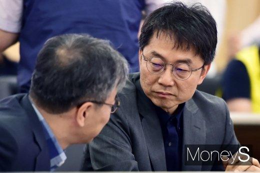 [머니S포토] 최저임금 관련 의견 나누는 박준식 위원장