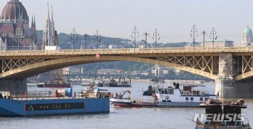 유람선 침몰 사고 발생 8일째인 5일 오전(현지시각) 헝가리 부다페스트 다뉴브강 사고현장에서 수색작업이 실시되고 있다. /사진=뉴시스