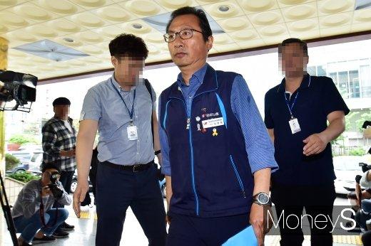 [머니S포토] 김명환 민노총 위원장 불법집회·공무집행방해 혐의 경찰 출석