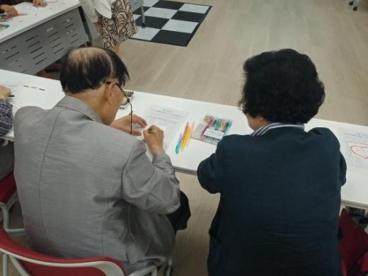 군포시치매안심센터의치매예방형 문화예술치유 프로그램 운영(7일 첫 수업) 장면. / 샂니제공=군포시