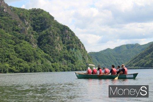 의암호에서 킹카누를 즐기는 여행객들. /사진=박정웅 기자