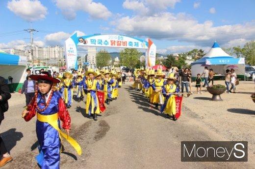11일 막국수닭갈비축제 사상 첫 퍼레이드가 열린 가운데 어린이 취타대가 축제장에 들어오고 있다. /사진=박정웅 기자