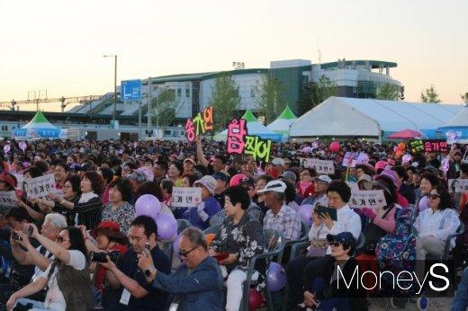 11일 개막식 공연장 객석을 가득 메운 관람객들. /사진=박정웅 기자