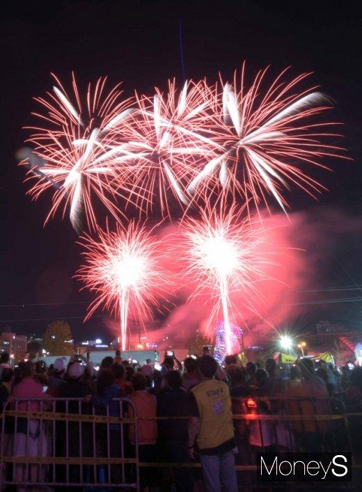 11일 축제 개막을 알리는 불꽃쇼.