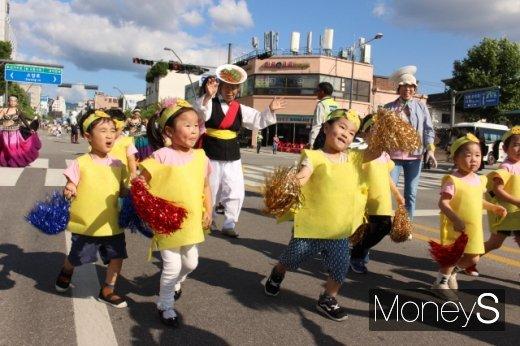퍼레이드 공연을 펼치는 어린이들. 시민 참여형 축제를 표방한 올해 행사에 처음으로 길놀이 이벤트가 도입됐다. /사진=박정웅 기자
