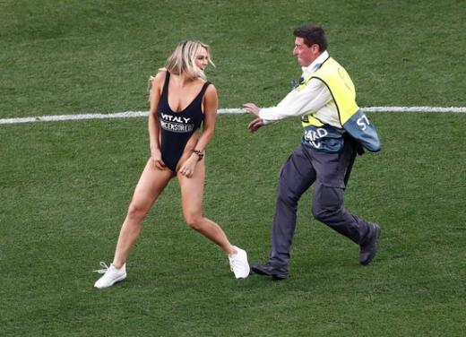 지난 2일(한국시간) 유럽축구연맹(UEFA) 챔피언스리그 결승전 도중 경기장에 난입해 화제가 된 AV 배우 킨세이 볼란스키. /사진=로이터