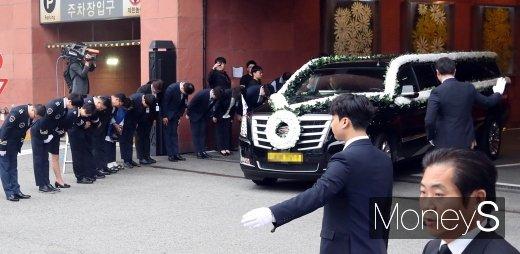 [머니S포토] 배웅 속 장례식장 나서는 고 이희호 여사 운구차량