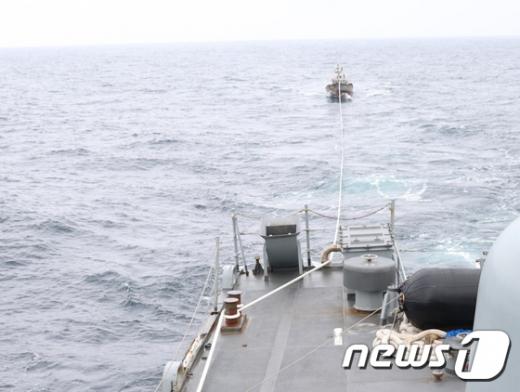 표류중인 북한 어선 1척을 우리 해군 함정이 발견해 예인하고 있는 모습. /사진=뉴스1(합동참모본부 제공)