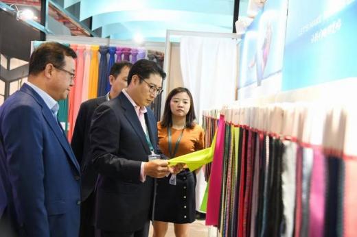 조현준 회장이 지난해 9월 27일부터 3일동안 상하이에서 개최된 섬유 전시회 '인터텍스타일 상하이'에 참석해 글로벌 고객사 부스를 찾은 모습. / 사진=효성