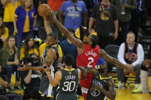 골든스테이트 워리어스를 상대로 맹활약하면서 토론토 랩터스의 창단 첫 NBA 파이널 우승을 이끈 카와이 레너드(오른쪽). /사진=로이터