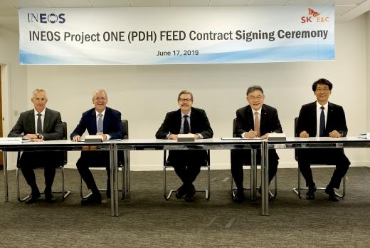 안재현(오른쪽 두 번째) SK건설은 사장은 글로벌 화학 기업인 이네오스(INEOS)와 벨기에 앤트워프(Antwerp) 석유화학단지에 PDH(Propane Dehydrogenation) 플랜트 건설을 위한 FEED 계약을 체결했다. /사진=SK건설
