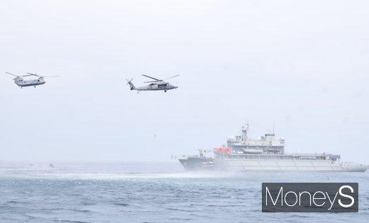 [머니S포토] 해군·공군·해경, 대규모 해상 조난자 합동 탐색구조훈련
