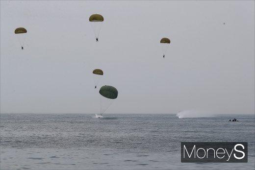 [머니S포토] 바다 위로 착륙하는 항공구조사