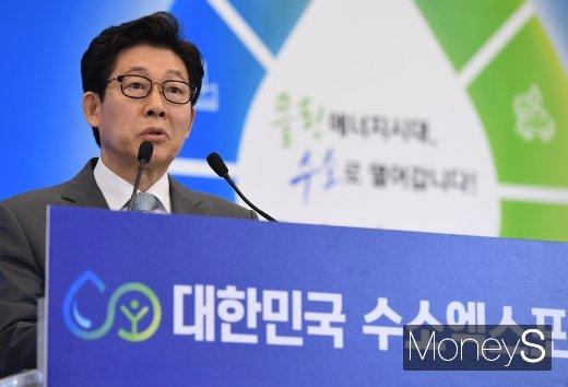 [머니S포토] 조명래 장관 '2019 수소엑스포 개최 축하합니다'