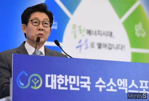 조명래 환경부 장관이 19일 오전 서울 중구 동대문디자인플라자(DDP)에서 열린 '2019 대한민국 수소엑스포'에서 축사를 하고 있다. / 사진=장동규 기자