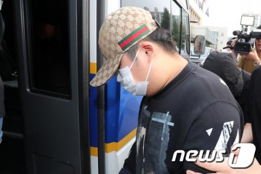 19일 오전 광주 북부경찰서에서 친구를 상습적으로 폭행해 숨지게 한 A군(18)등 10대 4명이 살인 등의 혐의로 검찰에 송치되고 있다. /사진=뉴스1