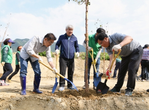 지난 22일 마지막 수목 식재 행사에 김일권 양산시장(왼쪽 첫번째), 이유석 양산시새마을회 회장, 이상열 도의원 등이 함께했다./사진제공=양산시
