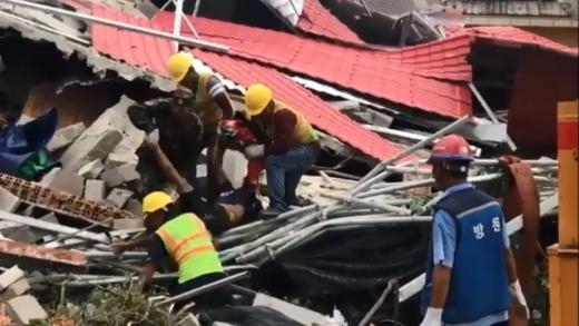 캄보디아 시아누크빌에서 22일 건설 중이던 건물이 붕괴돼 7명이 숨지고 21명이 부상을 입었다. 사진은 현지언론 크메르타임스 홈페이지에 올라온 현장 동영상 캡처./사진=뉴시스