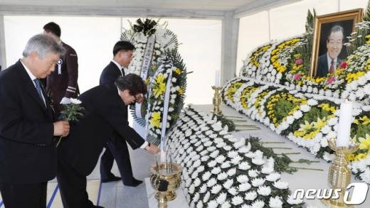 23일 오전 충남 부여군 외산면 가족묘원에서 열린 고(故) 김종필 전 국무총리 서거 1주기 추도식을 찾은 시민들이 영정 앞에 묵념을 하고 있다. /사진=뉴스1