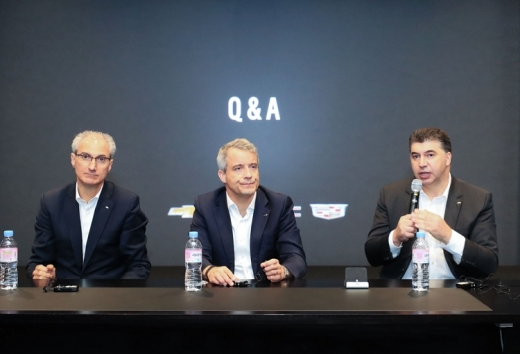 (왼쪽부터) 로베르토 렘펠 지엠테크니컬센터코리아 사장, 줄리안 블리셋 GM 해외사업부문 사장, 카허 카젬 한국지엠 사장. /사진=한국지엠