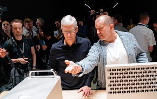 팀 쿡 애플 CEO(왼쪽)와 조너선 폴 아이브 애플 수석 디자인 책임자(오른쪽). /사진=로이터
