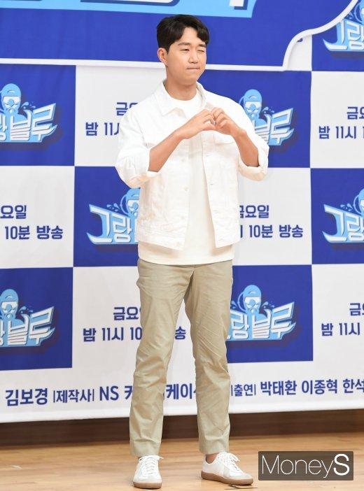 [머니S포토] 최성원 '하트 발사'
